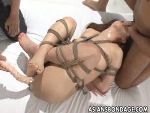 【SMセックス動画】縄で緊縛された快楽漬けのM女のおまんこを双頭ディルドと手マンでビショビショにしチンポ挿入