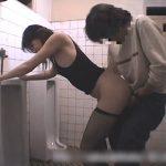 【素人セックス動画】夜の公衆便所で調教済みの淫乱熟女にフェラチオさせてハメるところを撮影する変態男