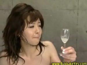 【中出しセックス動画】アナルに連続射精した生温い精液をグラスに溜めてごっくんさせる鬼畜プレイ