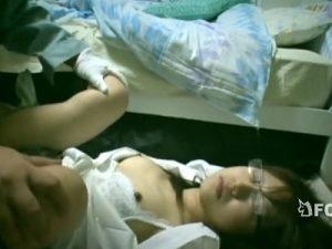 【レイプセックス動画】睡眠薬を盛り眠らせたメガネOLの部屋に不法侵入し無反応の身体を弄び中出しをキメる