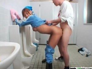 【ギャルセックス動画】スタイルの良いギャル清掃員を男子便所の小便器の前でレイプするハゲおやじ
