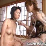 【レズセックス動画】全身タトゥーの女王様に犬のように扱われペニバンでおまんこを突かれる女