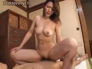【熟女セックス動画】実の息子に性教育する過保護な美熟女ママ…童貞を優しく奪い1人のメスとして感じる姿