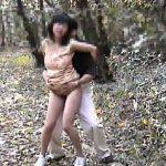 【素人セックス動画】ハイキングついでに露出プレイと青姦と野外排泄を楽しむ熟年の素人カップル