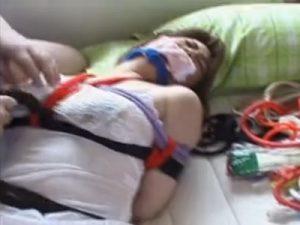 【レイプセックス動画】拉致して緊縛した女性をデブ男2人が威圧的な態度で犯すところをビデオ撮影…
