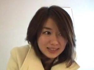 【素人セックス動画】ナンパした22歳のお姉さんと3P…潮吹きでベッドをビチャビチャにする敏感な娘