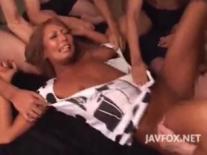【AV女優セックス動画】黒ギャル「KYOKO」のパイパンまんこに連続中出し…身体を押さえつけられ輪姦される