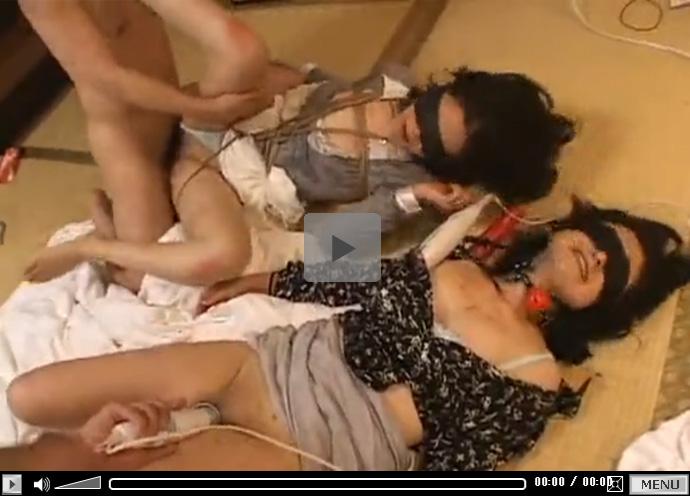 【無修正セックス動画】緊縛し目隠しさせた2人の熟女を集団で凌辱しチンポや大人のおもちゃで調教する