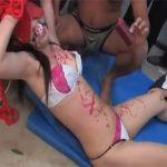 【無修正セックス動画】体育倉庫で先生を輪姦…蝋燭や淫具でイジメて顔射に中出しとやりたい放題にレイプする