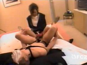 【SMセックス動画】パンストを被せられ緊縛されたM男のアナルをペニスバンドで犯す痴女たち