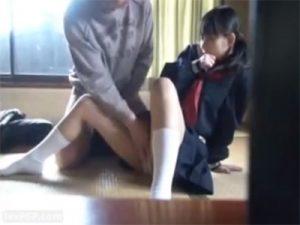 【ロリセックス動画】下校中のJCに声をかけたコミュ症男が家に連れ込みぎこちない腰使いで少女を犯す