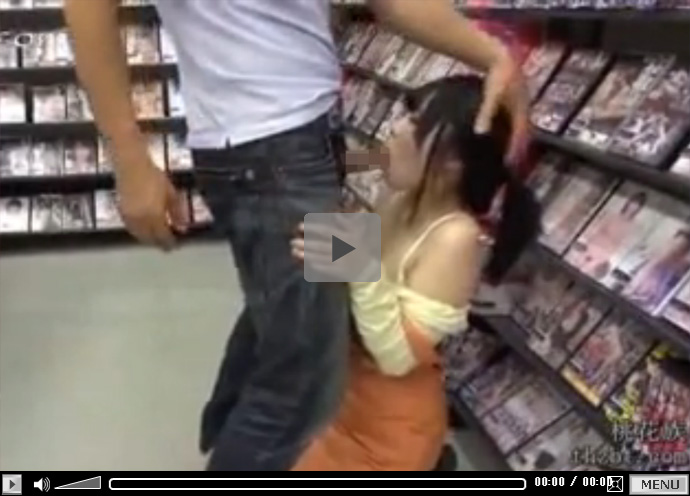 【無修正セックス動画】可愛い黒髪のロリ店員が働くレンタルビデオ屋の店内で彼女をレイプし中出しする男