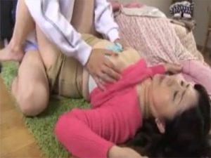 【熟女セックス動画】豊満な肉体のお母さんと息子が近親相姦…コタツで居眠りしているママに欲情し性行為に発展