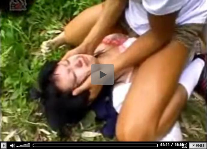 【無修正セックス動画】草むらに拉致したJKをレイプ…おまんこに中出しし暴力行使でフェラチオさせる鬼畜男