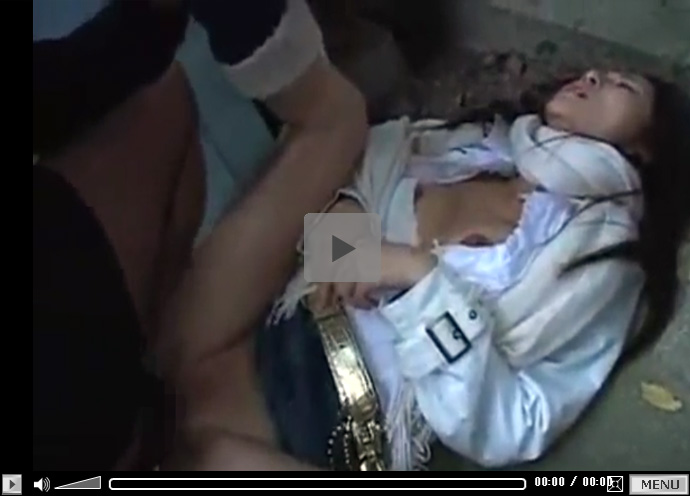 【無修正セックス動画】「気持ちいいエッチが出来ますように…」と神社の敷地内での青姦で中出しされる美人人妻