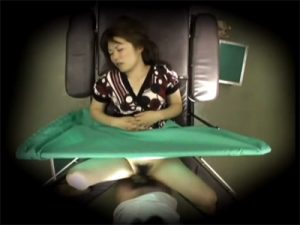 【盗撮セックス動画】婦人科医師が四十路熟女に悪戯しているところを隠し撮り…手マンと中出しでおまんこを堪能