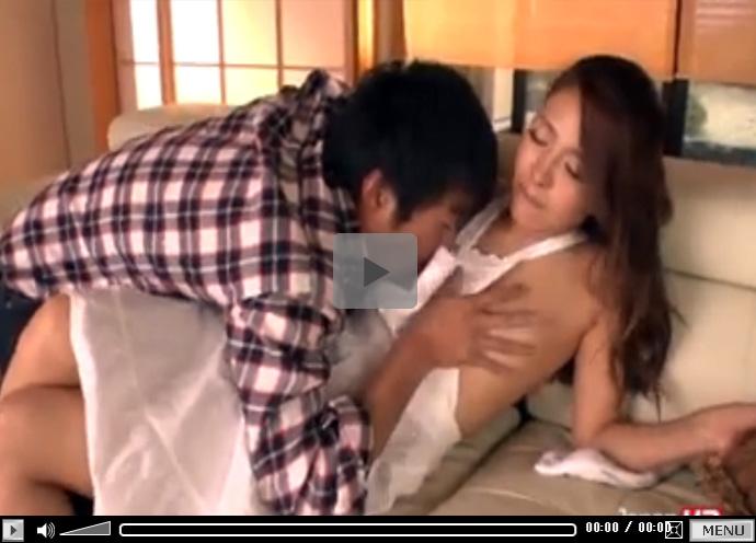 【無修正セックス動画】裸エプロン姿でお掃除中の美人若妻に襲いかかり生ハメで昼間からお盛んな若夫婦
