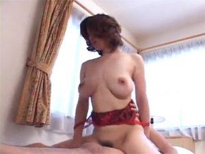 【無修正セックス動画】豊満な垂れ巨乳がエロいスケベ熟女がおまんこで浮気相手の男の息子のチンポを性処理