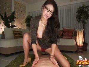 【熟女セックス動画】メガネをかけた巨乳若妻がおまんこでチンポを騎乗位で咥え込みながら淫語を連呼