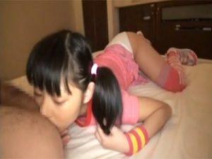 【ロリセックス動画】黒髪ツインテールの貧乳JCにアナルもチンポも舐めてもらって無毛のおまんこに中出しする
