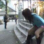 【青姦セックス動画】ノーパン・ノーブラのお姉さんのスカートに穴を開けて公共の場で青姦する