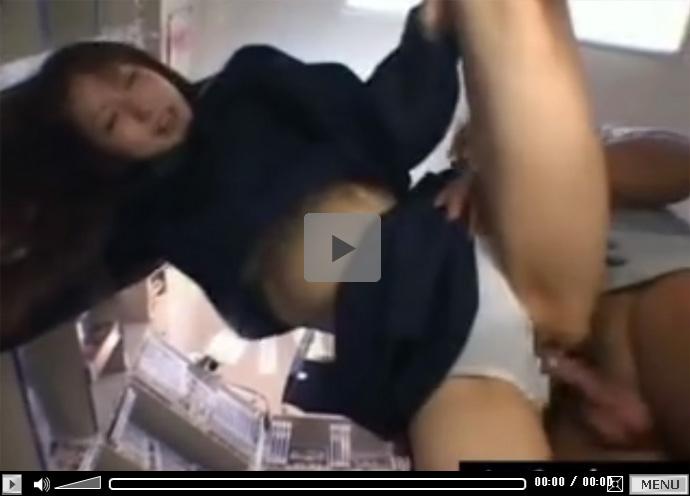 【セックス動画情報】冬用セーラーの女子校生とAVショップで下着をずらして立ちバックでパコる