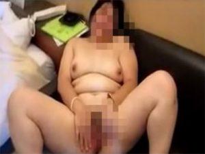 【無修正セックス動画】肉便器になりたいと懇願する素人デブおばさんにチンポをしゃぶらせ膣内に精液を中出し