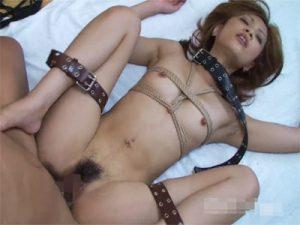 【無修正セックス動画】「大塚遥」の身体をロープで縛り足枷で拘束し正常位と騎乗位でおまんこにチンポをゴムハメ