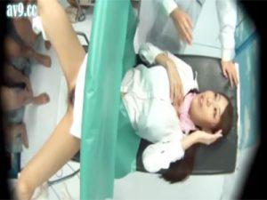 【盗撮セックス動画】お薬と称して産婦人科で連続中出しされるお姉さん…その後カメラを使い精液漬けの子宮口を観察