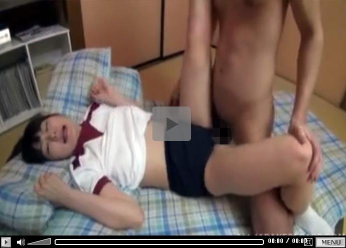 【セックス動画情報】ブルセラマニアの男が体操服姿の女子校生のブルマに穴を開けて肉棒を着衣ハメ