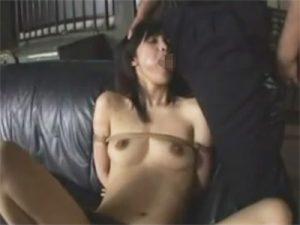 【無修正セックス動画】監禁し緊縛した女をSM調教…膣穴をおもちゃでイジメて生姦し容赦なく中出し