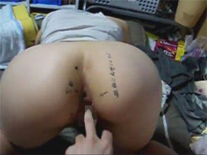 【無修正セックス動画】「自由にお使い下さい」と書かれた四つん這いまんこにペニスを生挿入しピストン