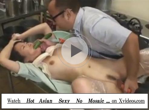 【無修正セックス動画】社員食堂の美人妻を厨房でレイプ…野菜をディルド代わりに使い咀嚼プレイも楽しむ