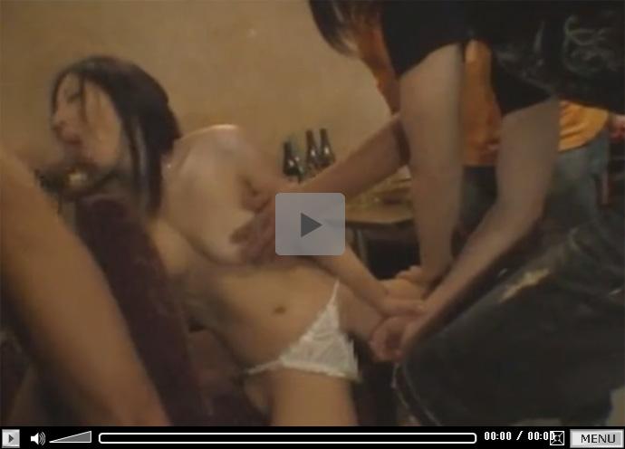 【セックス動画情報】BARで1人で飲んでいたお姉さんを酔わせてトイレや店内で廻して中出しレイプ