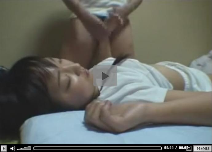 【セックス動画情報】睡眠薬で眠っているのにローターの刺激でおしっこを無意識に漏らす制服少女