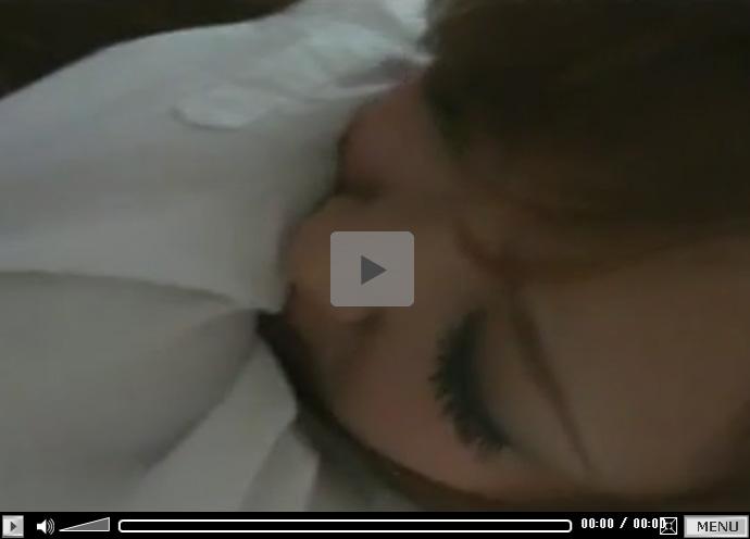 【セックス動画情報】素人ギャルとハメ撮りし中出し…口を手で押さえて喘ぎ声を我慢するも気持ち良くて漏れ出す声