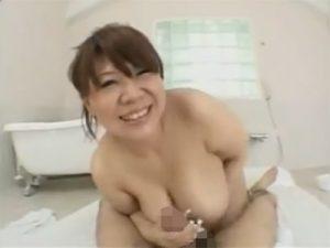 【巨乳セックス動画】超デカパイのソープ嬢が騎乗位で胸をブルンブルン揺らして豪快セックス