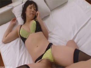 【セックス動画情報】下着マニアの男がブラジャーにパンツにニーソックスを着せたままパンズラでハメ撮り