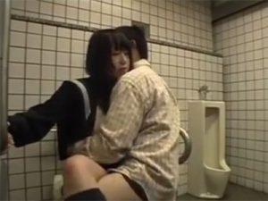 【ロリセックス動画】ホテル代ケチって障害者用便所で援交…童顔のセーラー服JKを買うキモオタ