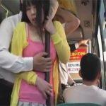 【レイプセックス動画】ムチムチ巨乳の若妻がバスの車内でおっぱいとおまんこを痴漢され膣をチンポで犯される