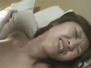 【セックス動画情報】正常位で顔をしかめてチンポのピストンの快感に浸るチョイブサ人妻OLをハメ撮り