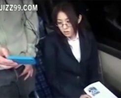 【レイプセックス動画】メガネのOLにバスでスマホのエロ動画を見せつけ車内で強姦するキチガイ男