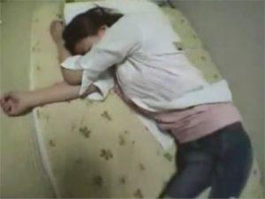 【セックス動画情報】デニミニの泥酔JDギャルをお持ち帰り…巨乳でチンポを挟みパイズリでおっぱい姦