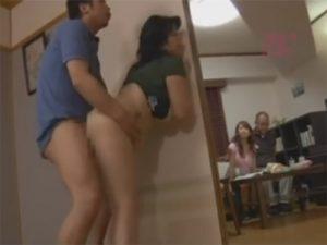 【熟女セックス動画】嫁と義父の目を盗んで娘婿がぽっちゃり体型の巨乳の義母と禁断セックス…