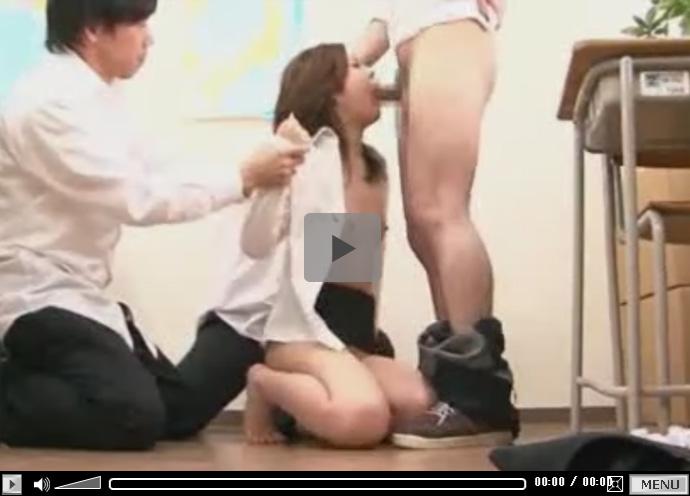 【セックス動画情報】貧乳の美人女教師が誰もいない教室で悪ガキの生徒達に四肢を抑えつけられレイプされる