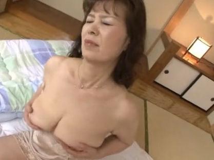 【セックスエロ動画】熟したダルダルの体をオナニーで癒やす六十路マダムの1人エッチw