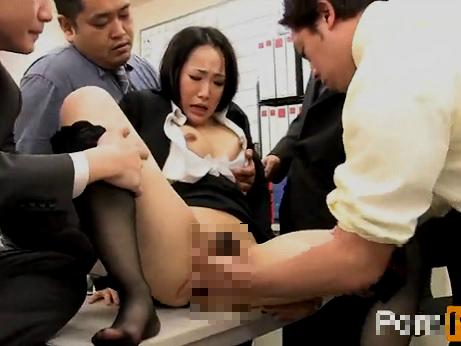 【セックスエロ動画】巨乳の新人OLが鬼畜な先輩社員の膣内射精専用ペットにされる・・・