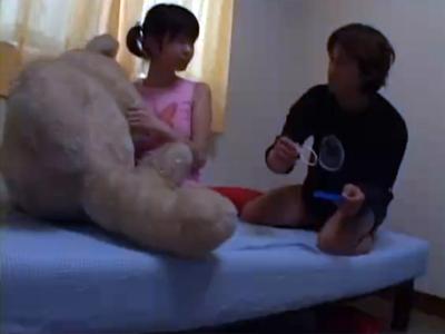 【セックスエロ動画】仲良くなった小学生のような子を家に連れ込みエッチなことをしちゃう!
