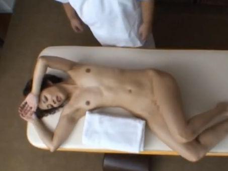 【セックスエロ動画】鬼畜マッサージ師のテクニックが凄くて喘ぎまくり→放心状態になるスケベ熟女