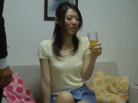 【セックスエロ動画】美女奥さん訪問販売の男性に媚薬を飲まされ発情しセクロスで無許可膣内射精される